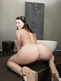 Huge phat jumbo, Sophie Dee came to shake her plump ass for our entertainment